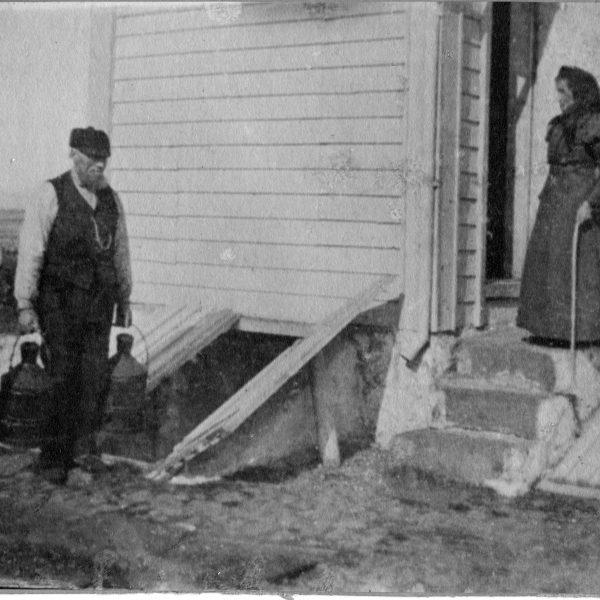Fyrassistent Marselius med parafin og kona Marie (1905)